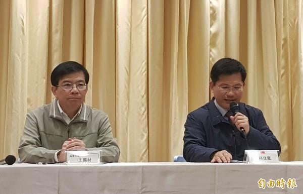 交通部長林佳龍(右)和交通部政務次長王國材(左)。(記者簡惠茹攝)