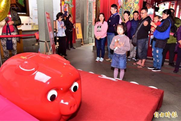 宜蘭傳藝中心舉辦博杯大賽,吸引許多大人、小孩下場試手氣,盼抱回30萬元現金大獎。(記者張議晨攝)