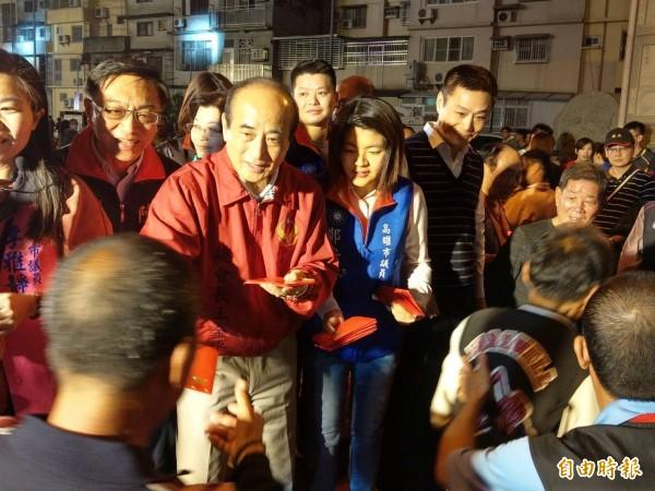 前立法院院長王金平(左二)今晚在高雄鳳山開漳聖王廟發紅包。(記者方志賢攝)