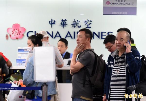 高雄國際航空站公布因華航機師罷工,明天包括入出境共7個航班、1028人受到影響。(記者張忠義攝)