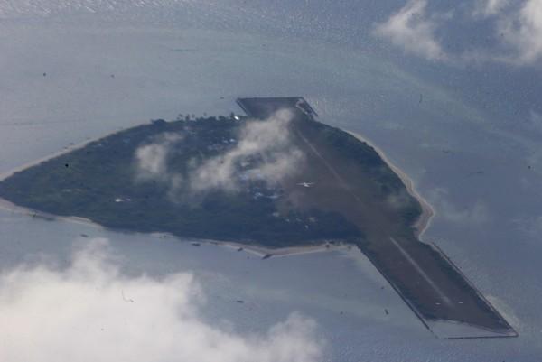 菲律賓在南海中業島填海造陸,中國一度派近百艘船艦包圍。(美聯社)