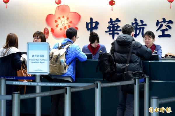 為疏運旅客,華航已協調香港航空9日加開4班往返港台的班機。(記者朱沛雄攝)
