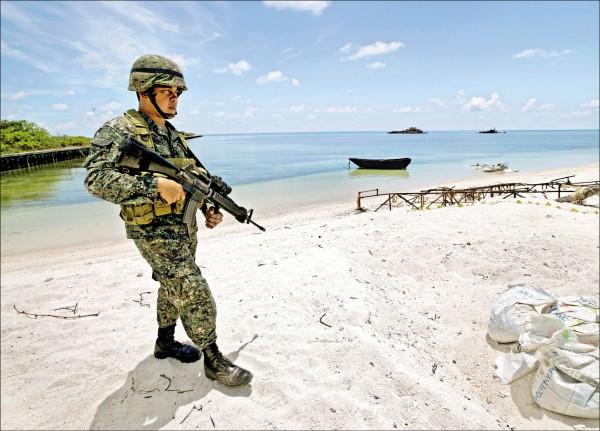 一名菲律賓軍人在派格阿薩島(中業島)巡邏的檔案照。(路透)