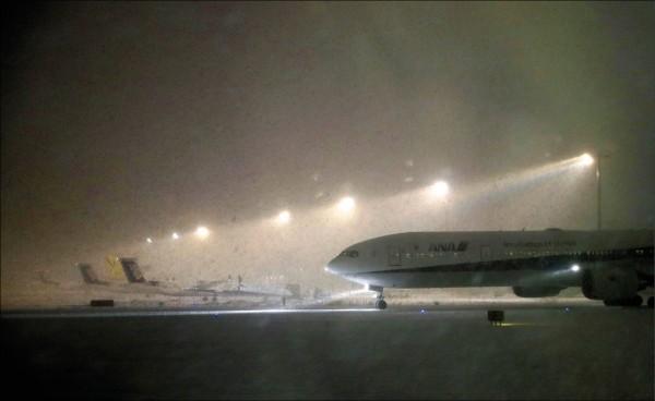 圖為北海道新千歲機場一月五日遭逢大雪,導致班機延誤與取消。根據日本氣象預測,北海道恐將自二月十日起籠罩在日本觀測史上最強寒流中。(路透)