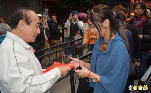 前立法院長王金平今天到大甲鎮瀾宮發紅包,吸引眾多民眾排隊領紅包。(記者陳建志攝)