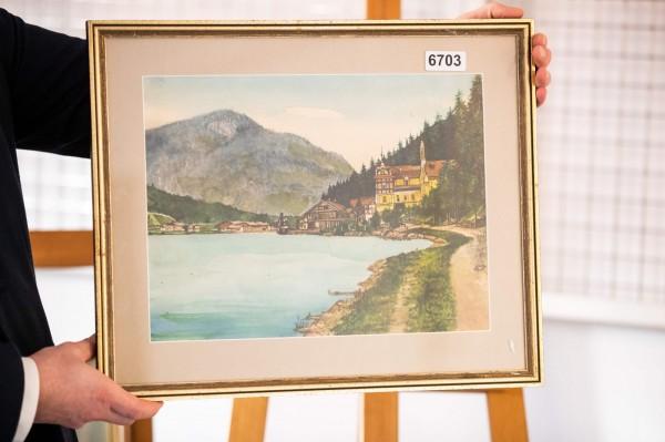 德國紐倫堡今日將拍賣5幅據信為希特勒創作的畫作,其中1幅山水景觀畫起標價就高達45000歐元(約新台幣157萬元)。(法新社)