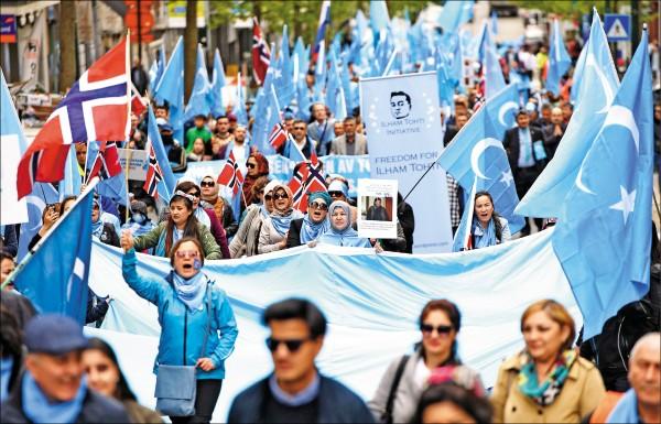 大批維吾爾人去年四月二十七日在歐洲聯盟總部所在地的比利時首都布魯塞爾發動示威,要求中國尊重新疆人權、關閉再教育營。 (法新社檔案照)