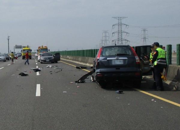 國道3號彰化路段下午驚傳3車追撞翻滾撞成廢鐵,2人受傷送醫。(記者湯世名翻攝)