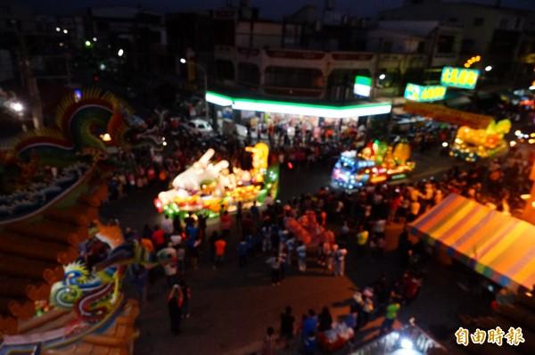 今晚是最後一場台灣燈會花燈車遊車河,吸引大批民眾圍觀。(記者陳彥廷攝)