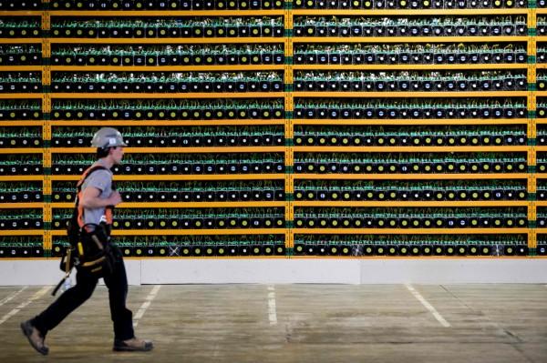 近期有資安公司警示,有駭客發明新興的挖礦程式,不需要植入木馬程式,只要世界各地的電腦連上網際網路,程式就會自動連上該電腦,偷偷運用他人的電腦資源挖礦。圖為某處虛擬貨幣礦場。(法新社)