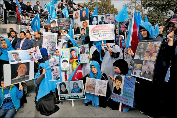 全球穆斯林國家對中國新疆維吾爾族遭迫害一事愈發關切,土耳其民眾去年十一月即在伊斯坦堡發動示威,舉起遭關押的維族人士照片,向中國政府表達抗議。(美聯社檔案照)