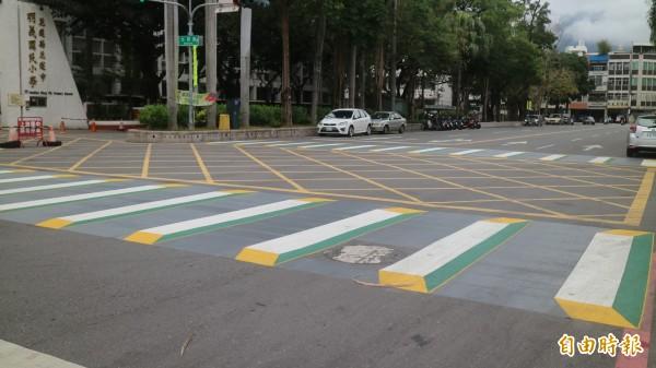 花蓮市公所把明義國小前的行人穿越道彩繪成3D立體行人穿越線。(記者王錦義攝)
