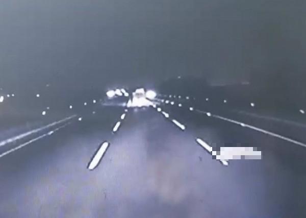 「那個是人!」韓男國道慘遭10車輾成肉泥,目擊者提供行車紀錄器驚悚影片曝光。(記者湯世名翻攝)