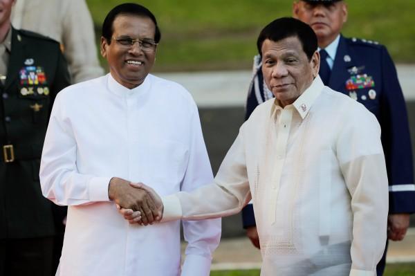 斯里蘭卡總統席瑞塞納(左)近期和菲律賓總統杜特蒂(右)會面後,決定重啟死刑制度。(歐新社)