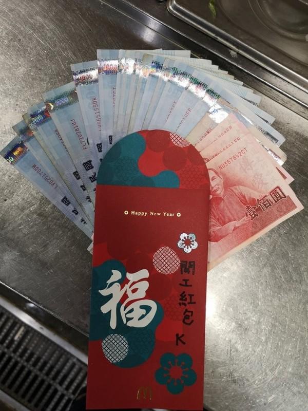 有網友透露今天開工日,領到老闆給的16800元超大開工紅包。(圖擷取自臉書「爆怨公社」)