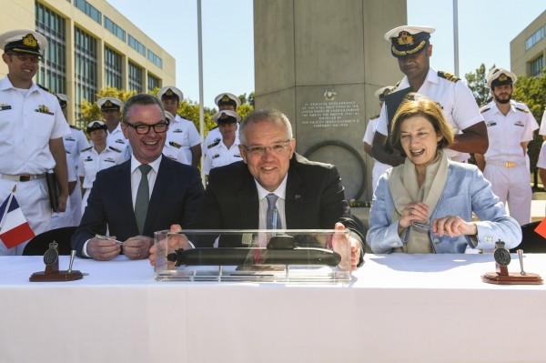 澳洲今(11)日與法國正式簽署一項軍購合約,豪擲500億美元向法國政府支持的「海軍集團」(Naval Group)訂購12艘新一代潛艦。中為澳洲總理莫里森。(歐新社)
