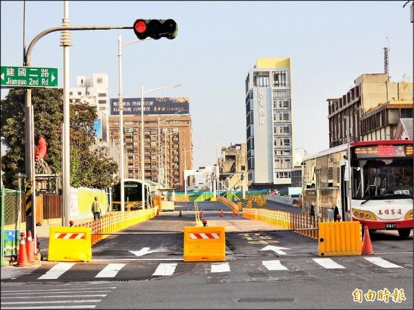 二月十六日凌晨零時起,人車須由南華路進出台鐵高雄站。(記者王榮祥攝)