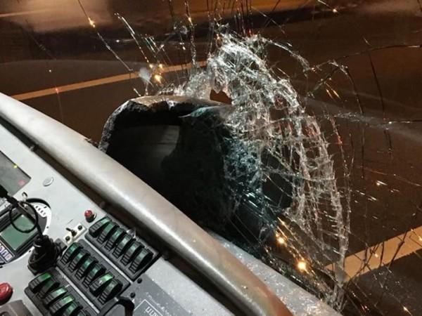 煞車鼓貫穿玻璃,客運余姓駕駛遭碎玻璃刺傷。(記者鄭名翔翻攝)