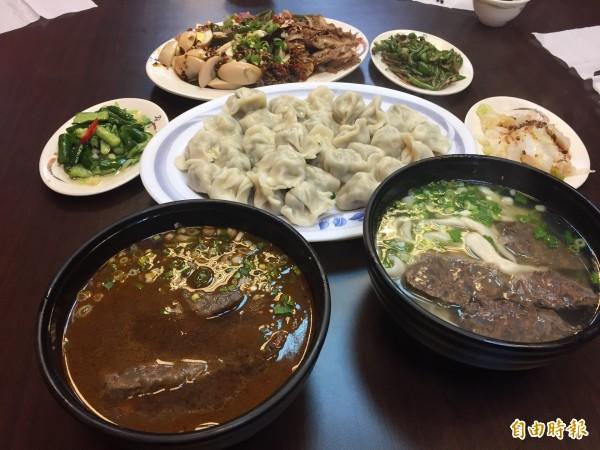 不僅牛肉麵是必吃料理,老饕更會點上一盤水餃和滷味。(記者邱書昱攝)