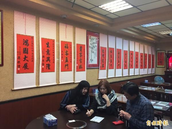 老張牛肉麵開店30年經歷多次搬家,牆面上的政治人物致贈的字畫捲簾可見美食遠播。(記者邱書昱攝)