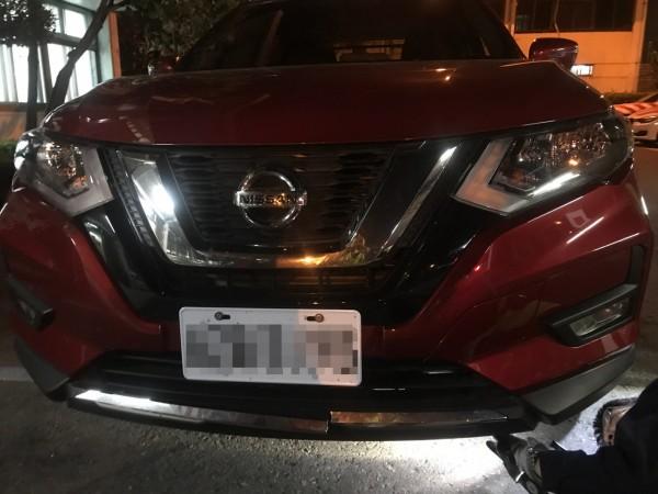 肇事車輛有受損,駕駛人報警後離開現場。(記者顏宏駿翻攝)