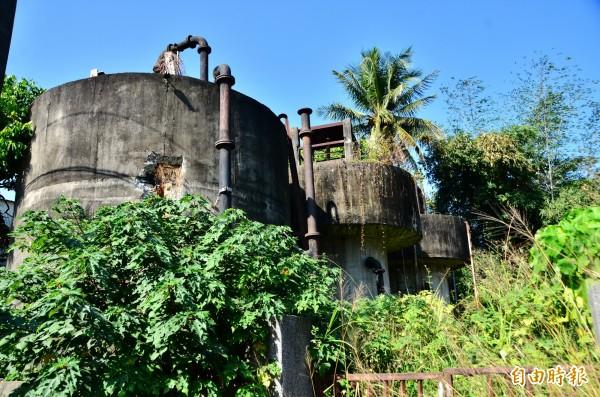 荒廢已久的自來水塔,建造年代逾1甲子。(記者吳俊鋒攝)