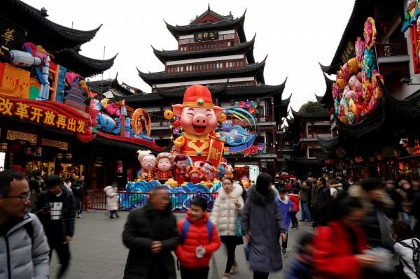 台灣主持人楊世光前往中國工作,最近農曆春節返台探親時在臉書發表看法,表示「當上海人做上人,比回台灣做下人舒服」。圖為中國人在上海街頭慶祝農曆新年。(路透)