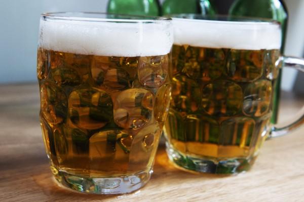 很多人常會在聚會時喝幾杯酒助興。(法新社)
