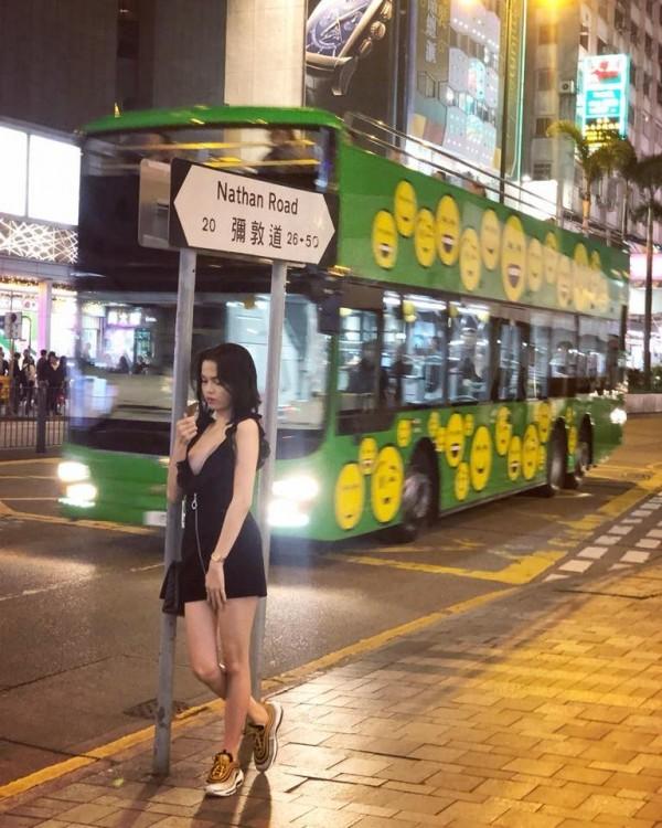 加西婭穿著火辣,先前也曾在香港街頭拍照。(圖擷取自臉書)