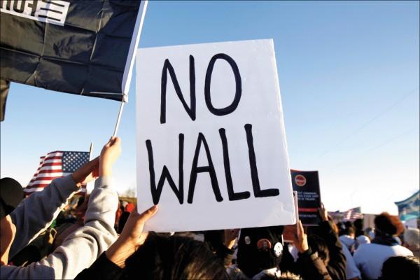 美國民主黨支持者十一日在德州艾爾帕索(El Paso)發起「為真相而走:停建圍牆、停止說謊」遊行,以抗議標語迎接造訪該地的美國總統川普。(路透)
