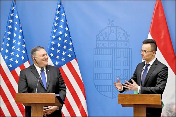 美國國務卿龐皮歐(左)訪問中歐,到訪第一站與匈牙利外長西亞爾托(右)召開聯合記者會,呼籲匈牙利不要再採購華為設備。(法新社)