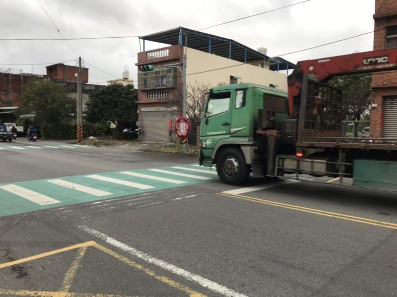 2名大貨車駕駛疑視線死角未注意行人,造成1名8旬老婦慘死。現場示意圖,非肇事車輛。(記者許倬勛翻攝)
