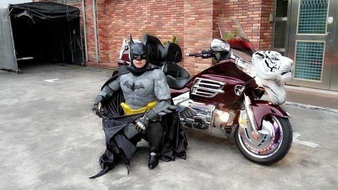 黃炳勳常以蝙蝠俠扮相現身。(民眾提供)