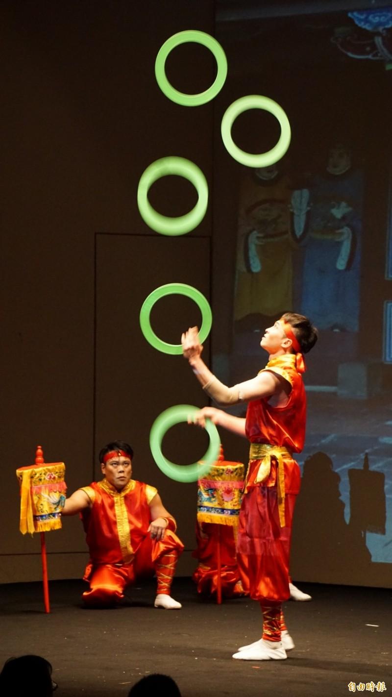 僑委會春節文化訪問團13日在橫濱表演台灣雜技與僑胞同歡。(記者林翠儀攝)