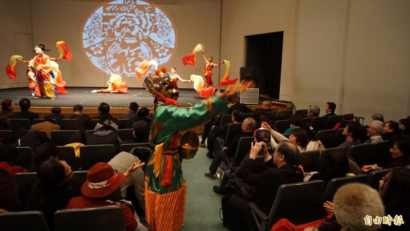 僑委會春節文化訪問團13日在橫濱表演台灣雜技,吸引僑胞們用手機搶拍。(記者林翠儀攝)