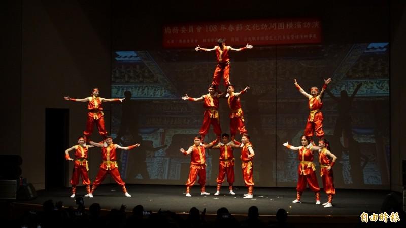 國立台灣戲曲學院台灣雜技團表演疊羅漢。(記者林翠儀攝)