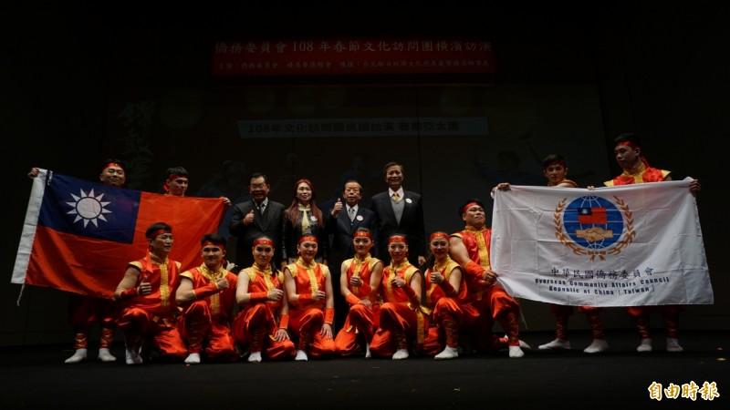 僑委會春節文化訪問團亞洲首站到日本橫濱表演,駐日代表謝長廷(中)舉起大拇指比讚。(記者林翠儀攝)