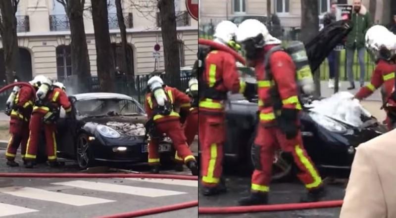 保時捷911為後置引擎,消防人員打開車頭檢查引擎殘火,只看到1堆私人物品。(圖擷取自Paraná Parts臉書粉絲專頁)