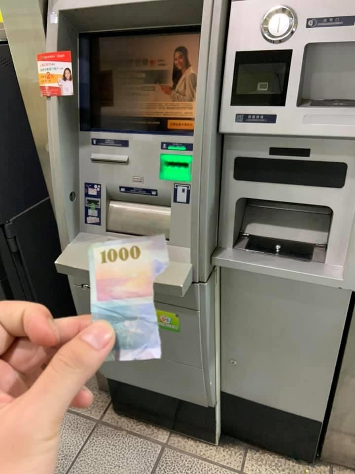 ATM竟吐出只剩4分之1的千鈔,網友領錢超傻眼。(圖擷取自臉書社團「爆怨公社」)