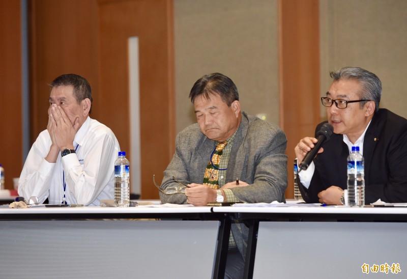 華航第3次勞資座談會自13日凌晨1點開始,機師工會及資方代表挑燈夜戰,華航總經理謝世謙(左起)、副總陳康瑞、協理陳淳德出席。(記者黃耀徵攝)