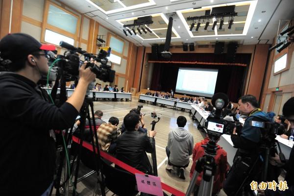 華航協商會議在13日凌晨1點在交通部舉行。(記者王藝菘攝)