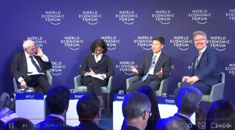 方星海(右二)對西方國家喊話「你們的民主現在出了很大的問題,你們需要政治改革。」全場爆出笑聲,一旁哥倫比亞大學教授亞當.托澤(右一)更是在座位上笑到臉都紅了。(圖擷取自YouTube)