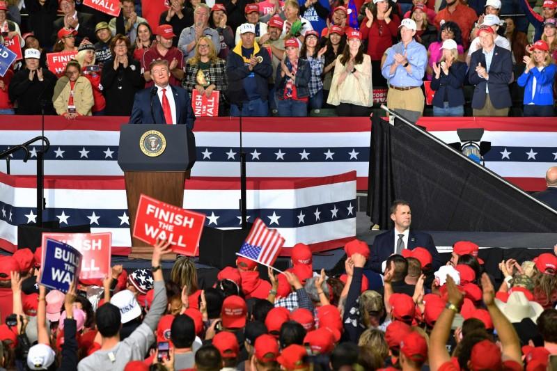 美國總統川普11日在德州舉行造勢大會。(法新社)