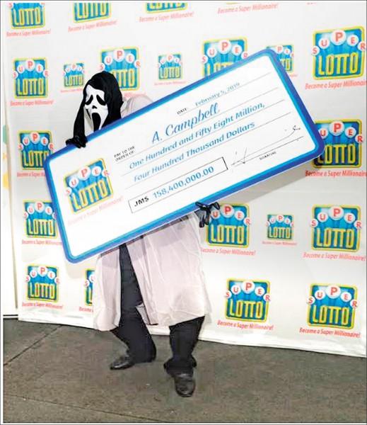 牙買加一名男子贏得樂透頭獎,卻戴好萊塢電影《驚聲尖叫》殺人魔的面具領獎,原因是為避免貪財親戚認出。 (圖取自牙買加樂透彩公司「Supreme Ventures」)