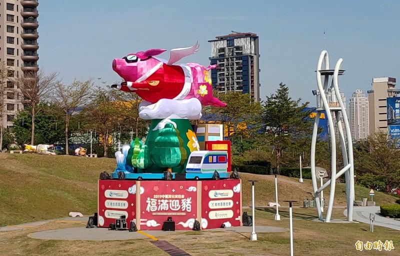 今年中台灣元宵燈會主燈「御天飛行豬」,高12公尺。(記者張菁雅攝)