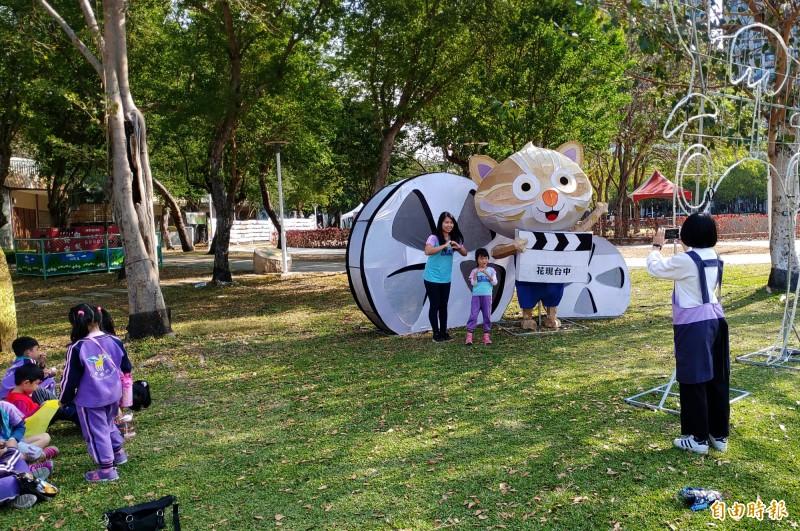 幼兒園老師帶著小朋友與石虎家族主題燈合照。(記者張菁雅攝)