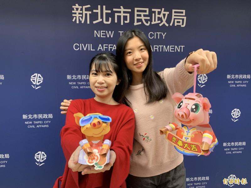 新北市豬年元宵小提燈將於15、16日兩天在29區公所發送;兩款超萌豬造型分別取名「掌上明豬」(右)及「厚D家」(左)。(記者何玉華攝)