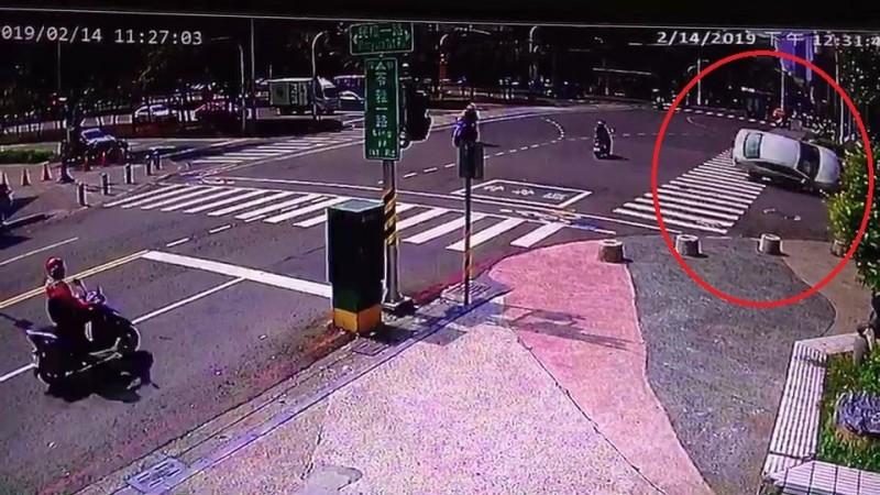 76歲翁駕車自撞安全島翻車。(記者黃旭磊翻攝)