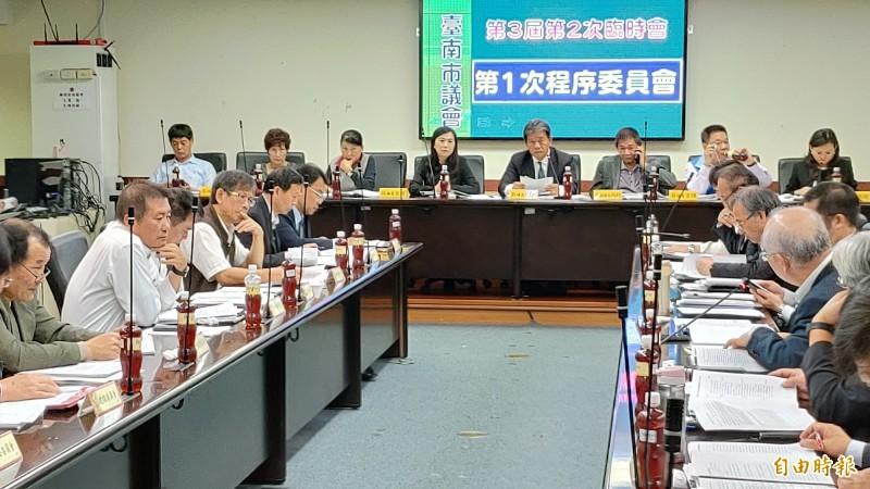 台南市議會召開程序委員會,市府提案的「台南市先進運輸系統規劃作業」共一億餘元的墊付案,因在野黨強烈反對而遭到保留。(記者蔡文居攝)