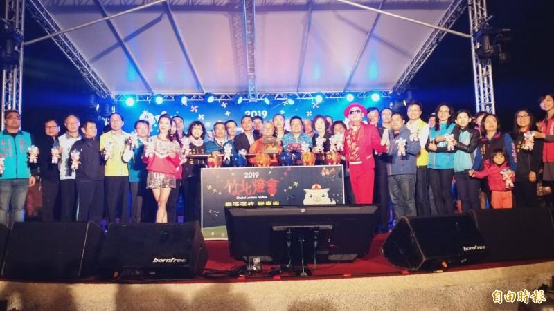 竹北市「樂活滿竹 豬事吉」元宵燈會,昨晚由市長何淦銘、代表會主席林啟賢和地方人士,共同點亮福氣豬主燈,期許為新的一年帶來金豬報喜。(記者廖雪茹攝)